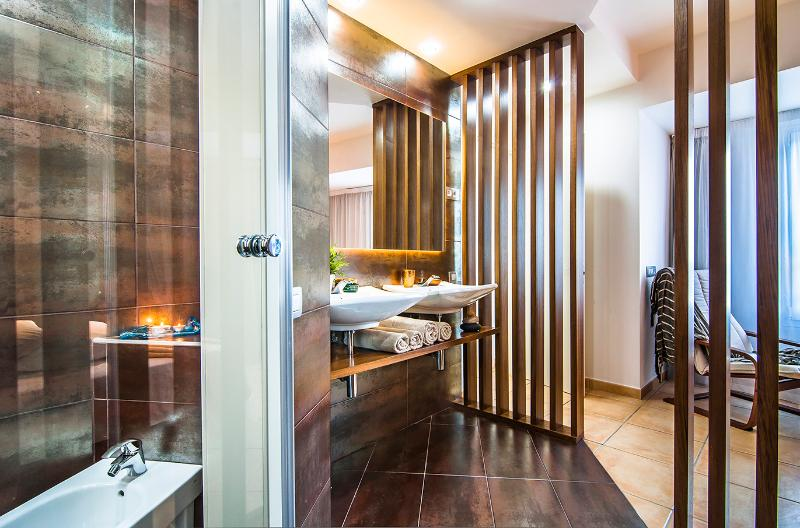 Bathroom inside the suite, modern and comfortable-Bathroom inside the suite, modern and comfortable