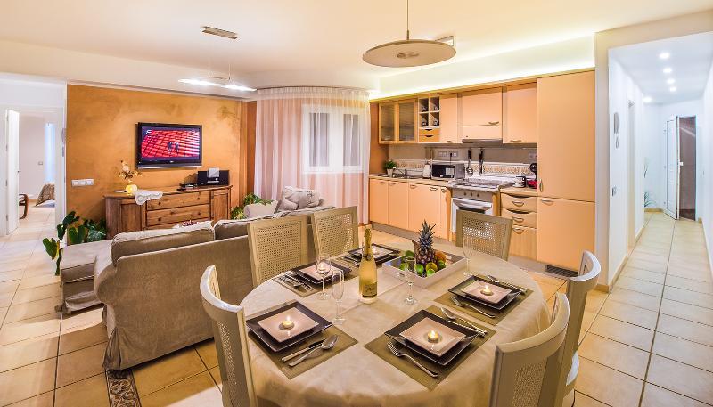 Salón, comedor y cocina—Lounge, dining room and kitchen