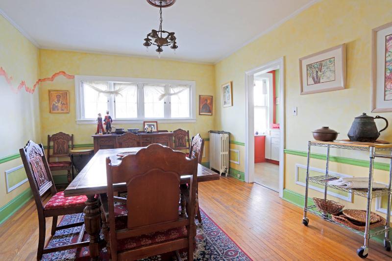 Sala de jantar com entrada para a cozinha