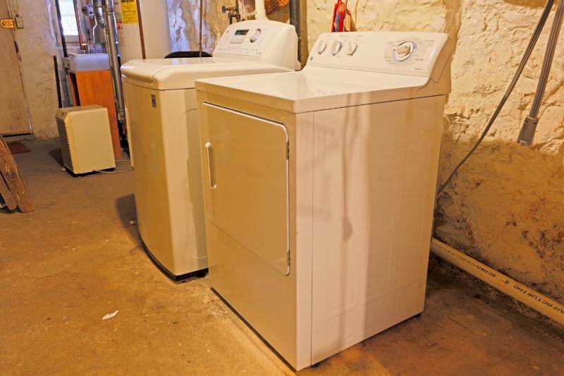 Máquina de lavar e secar roupa no porão