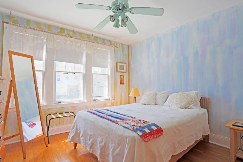 Spacious home near JHU, in quiet Baltimore City neighborhood, holiday rental in Edgemere