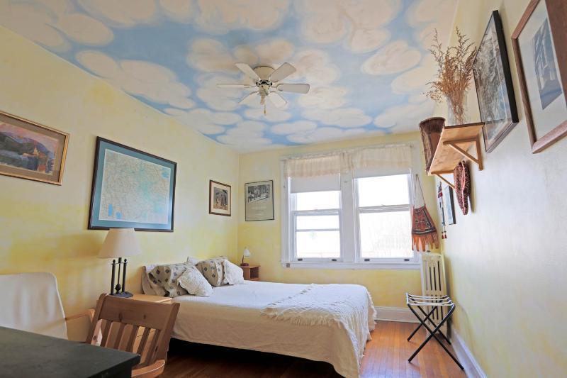 Quarto principal com nuvens inchado teto