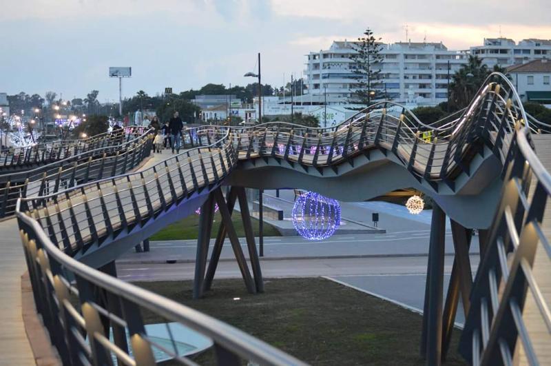 Walking bridge San Pedro Boulevard