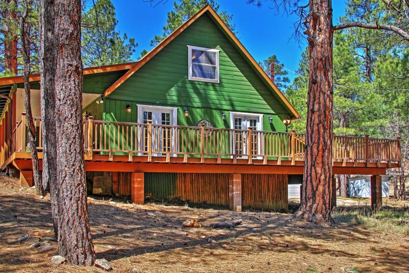 Lasciate che questo 3 camere da letto, 2 bagni vacanza Happy Jack cabina noleggio servire come base di partenza per esplorare la vasta bellezza naturale dell'Arizona!
