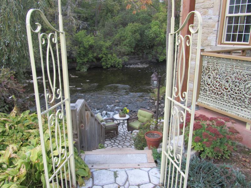 Su cabaña suite privada con patio junto al río espera. Barbacoa, barcos, bañera de hidromasaje, bicicletas, chimenea incluído