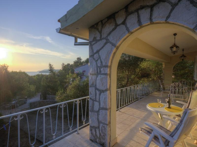 Cosy mediterranean villa by the sea, vacation rental in Stari Grad