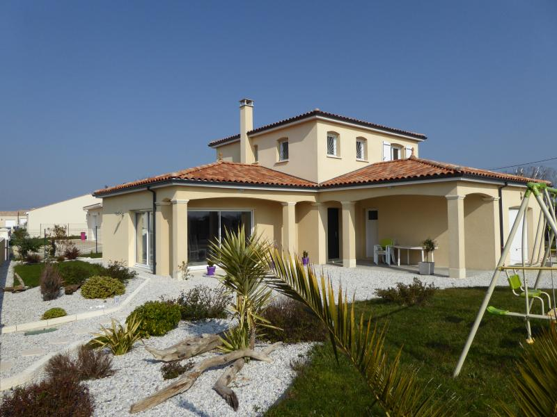 VILLA 'LA CHRYSOLIGE' DE CHARME BORD DE MER ROYAN, vacation rental in Meschers-sur-Gironde