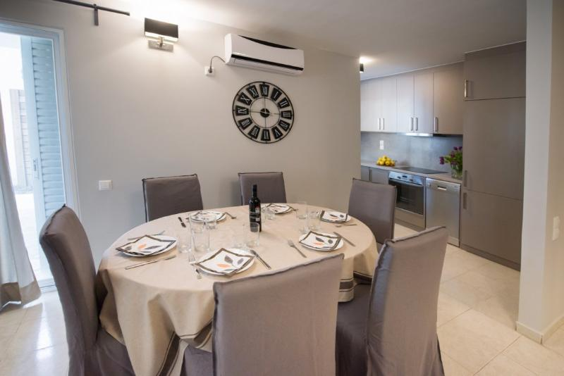 REGALO 2-BEDROOM FLAT KARIOTES/ FLAT 4, vacation rental in Yenion
