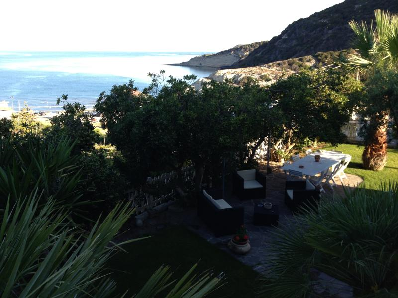 Vista dalla Terrazza sul Giardino Fronte Mare che Circonda la Casa
