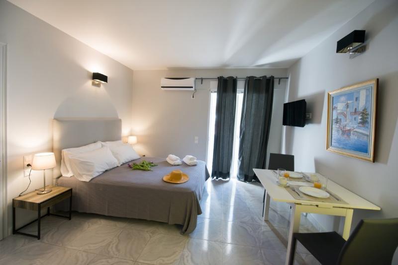 REGALO COZY STUDIO IN KARIOTES/ FLAT 3, vacation rental in Yenion