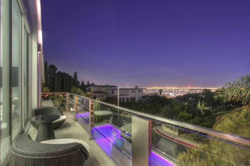 Modern Luxury Hollywood Hills View Villa with Pool, holiday rental in West Hollywood