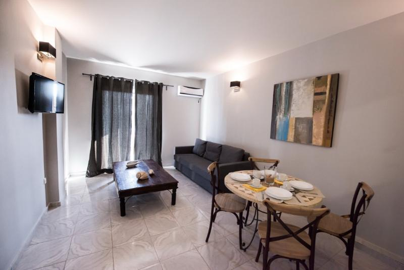 REGALO 2-BED FLAT IN KARIOTES/ FLAT 6, vacation rental in Yenion