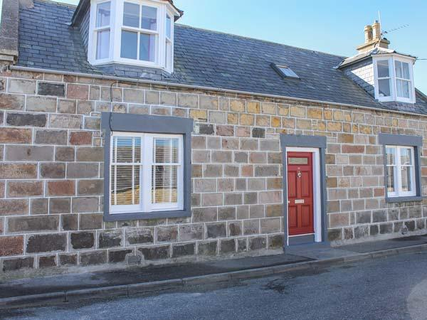 SLATER'S, detached fisherman's cottage, en-suite, woodburner, dog-friendly, in, casa vacanza a Moray