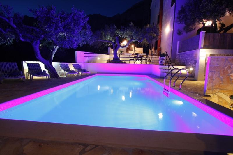 Comfortable Apartment A6 with pool, alquiler de vacaciones en Makarska