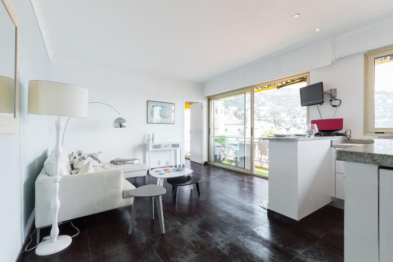 Stylish apartment with sea view and close to beaches, location de vacances à Villefranche-sur-Mer