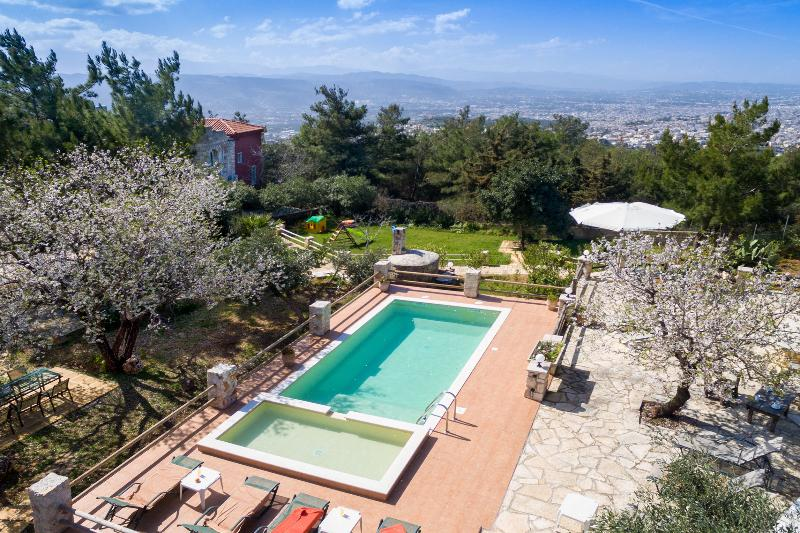 Large Villa Kastro, w/Pool★Children Area★BBQ. 5km from Chania-Sea, vacation rental in Souda