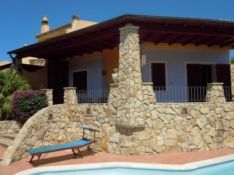 Stunning 2 bed villa with private pool / sea view, vacation rental in Capitana