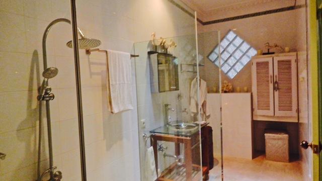 services grande salle de bains chambre double et une chambre simple.