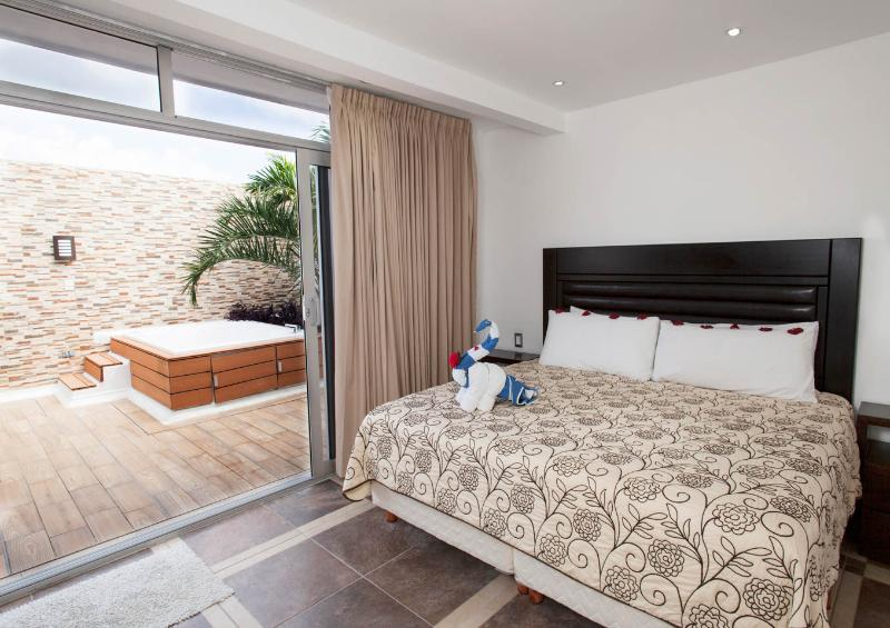 Master bed room Jacuzzi level King size bed