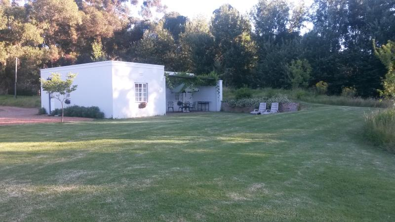 Sleepy Willow Country Accommodation 5 sleeper cott, holiday rental in Elsenburg