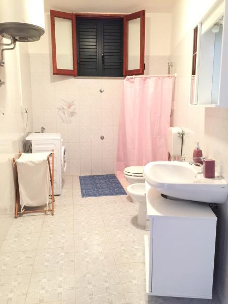 bagno ampio con doccia e corredato di lavatrice