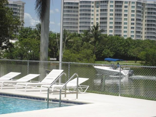 Vista desde la piscina a través de la bahía de Vanderbilt y el acceso a Golfo de México