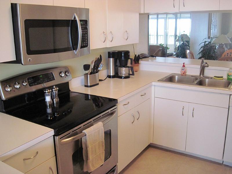 Electrodomésticos nuevos, suelo de baldosas, Fontanería / hardware, lámparas