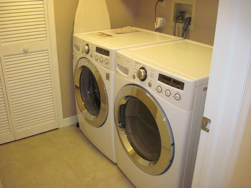 Nueva lavadora / secadora, tabla de planchar, hierro, jabón, etc.