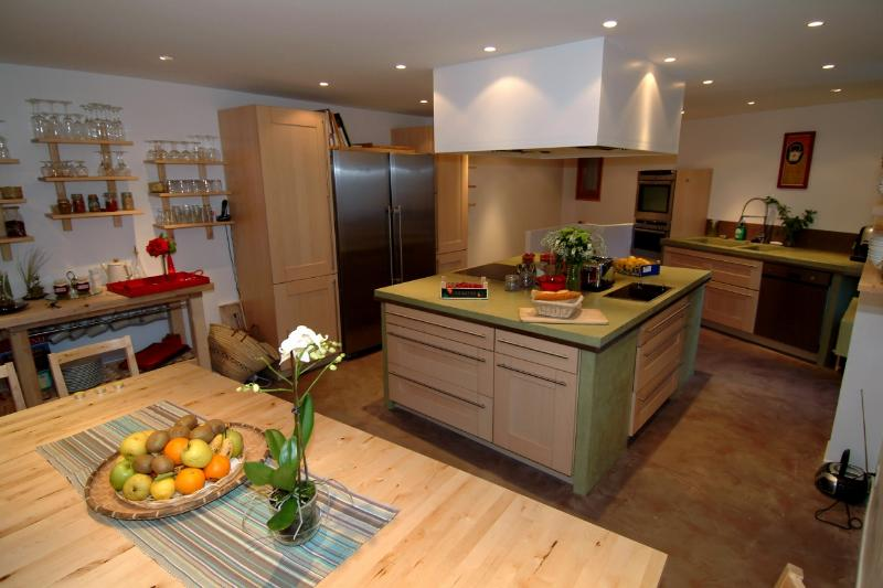Our vaste and fully equipped 'American' kitchen...and the eating aera...