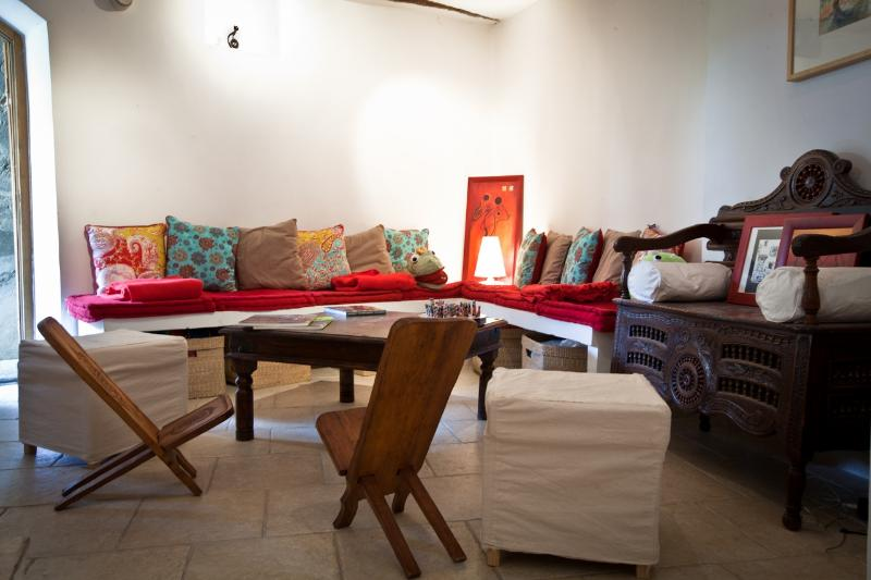 Our cosy lounge...free wi-fi...PC .... TV ...Books ...to relax !