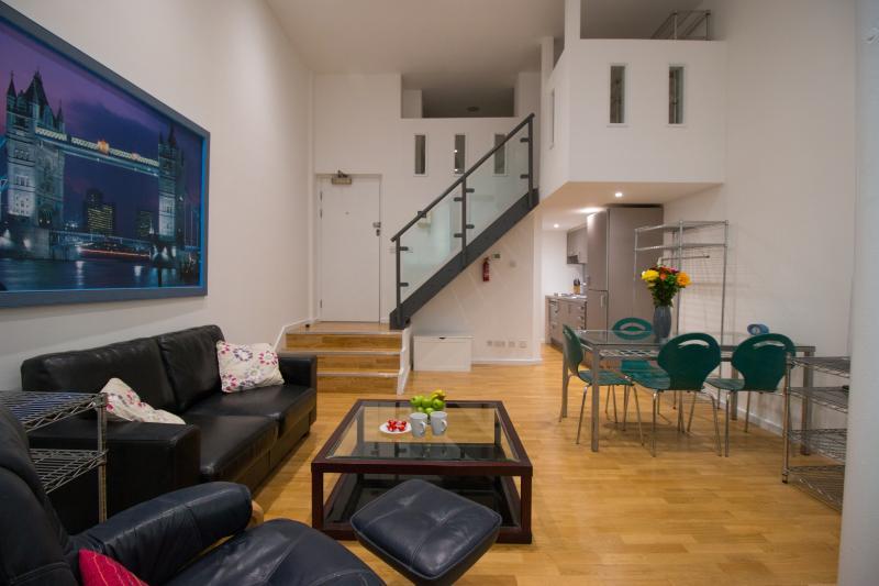 Ta in en TV-middag eller äta med vänner i den stora Ludgate lounge.