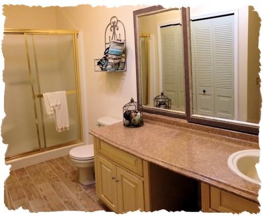 Salle de bain principale avec laveuse et sécheuse.