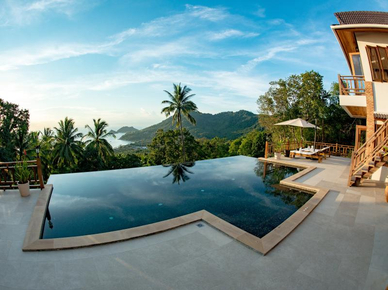 Perfect View Pool Villa - Luxury villa with private pool and free taxi transfer, aluguéis de temporada em Koh Tao