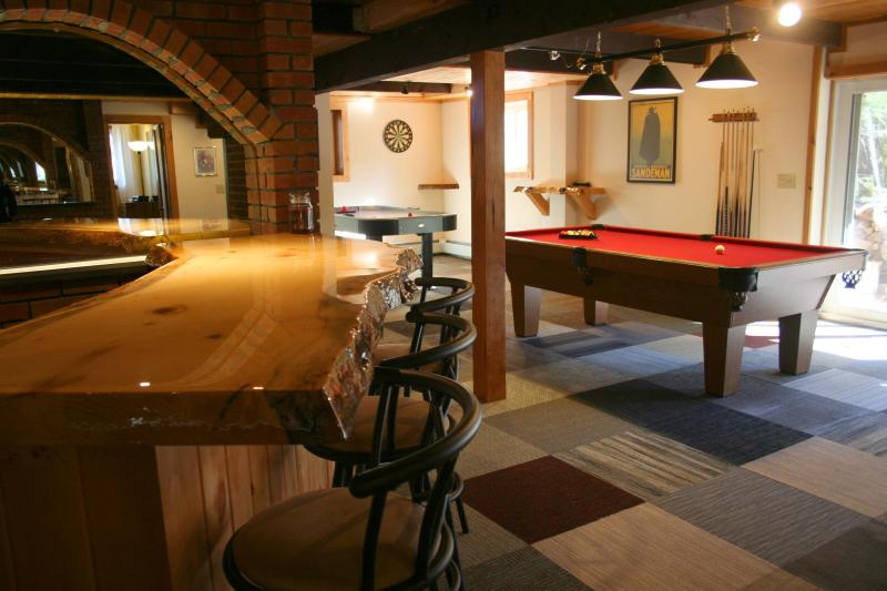 Pine Brook Lodge: 3 fireplaces, sauna, game room, bar, 4 TVs, AC, deck, grill, holiday rental in Conway