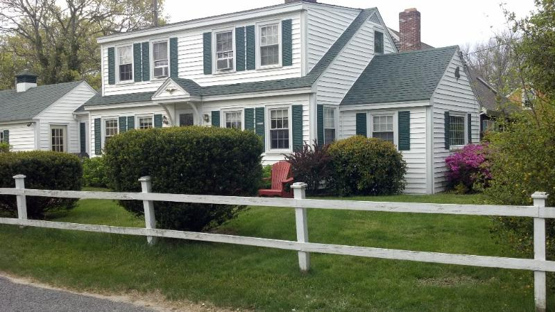 Charming Cape Home Secs to Beach, vacation rental in West Yarmouth