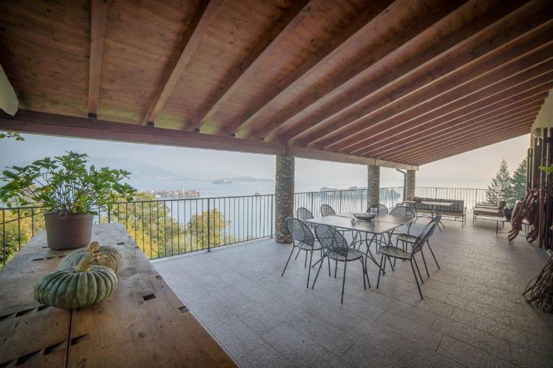 Villa Gaia with the best view lake on the Borromee island, location de vacances à Isola Pescatori