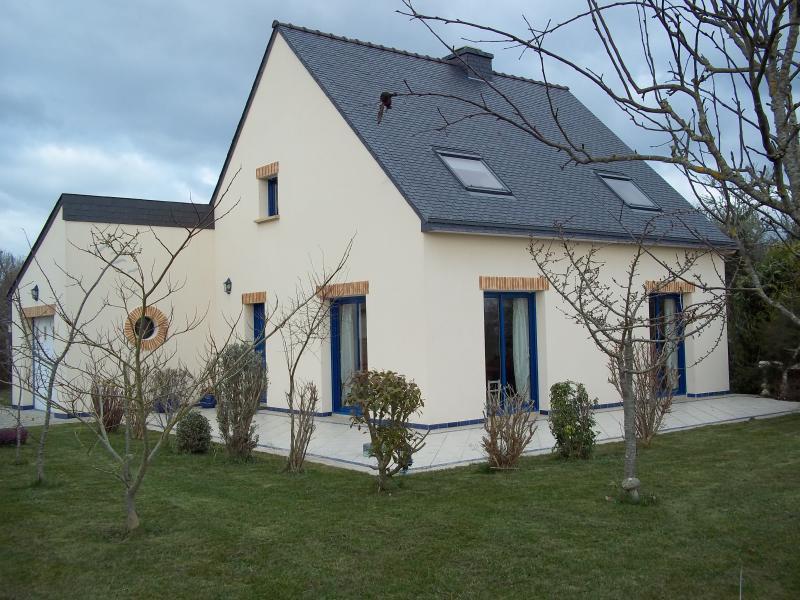 MAISON LUMINEUSE AVEC GRAND JARDIN CLOS, holiday rental in Erdeven