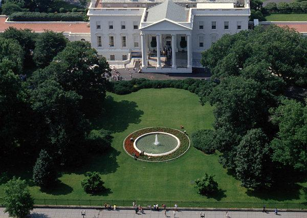 White House (north lawn) is 25 minutes walk, via google map.