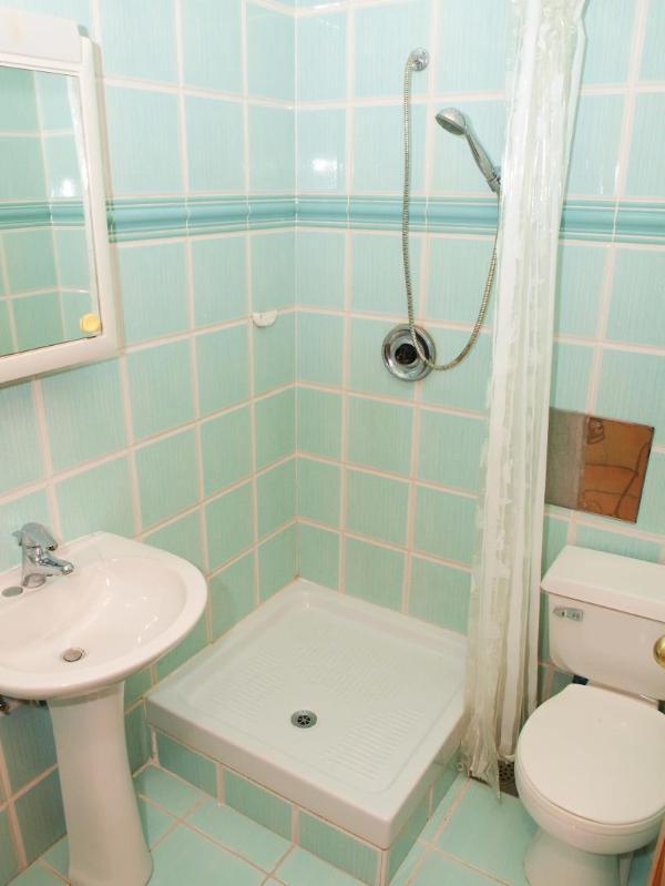 A9(4+2): bathroom with toilet