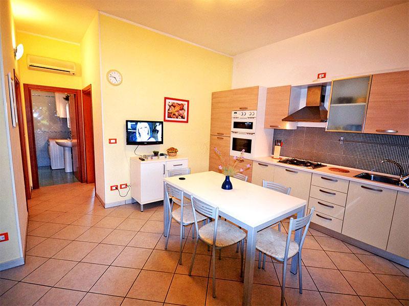 Ampio appartamento trilocale con doppio patio vicino al mare e ai negozi, aluguéis de temporada em Lido delle Nazioni