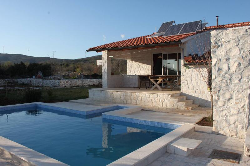 Private House with 2. pools, near Trogir, aluguéis de temporada em Gornji Seget