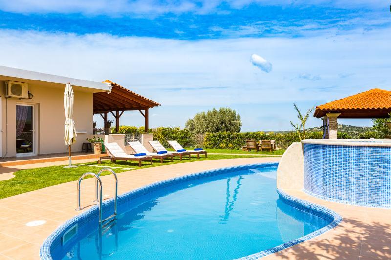 La terrazza vanta una piscina privata, una piscina per bambini e una vasca idromassaggio all'aperto!