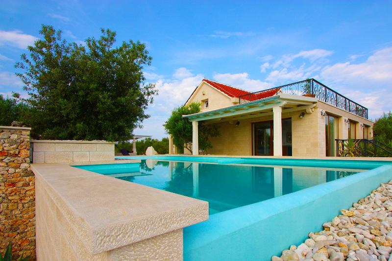 Breathtaking Orchard House, vacation rental in Sutivan