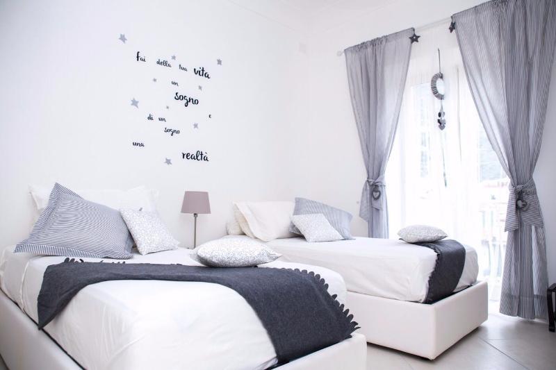 Schlafzimmer mit 2 Einzelbett, Blick auf den Garten