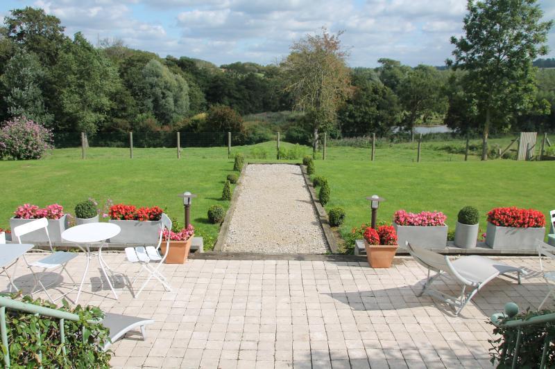 Vue du salon: la terrasse, le jardin