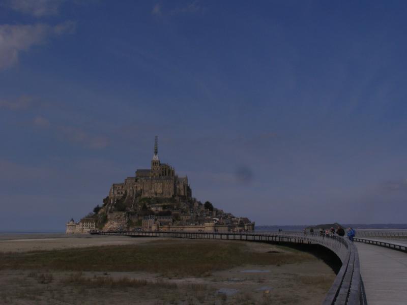 Le Mont saint Michel avec sa passerelle.