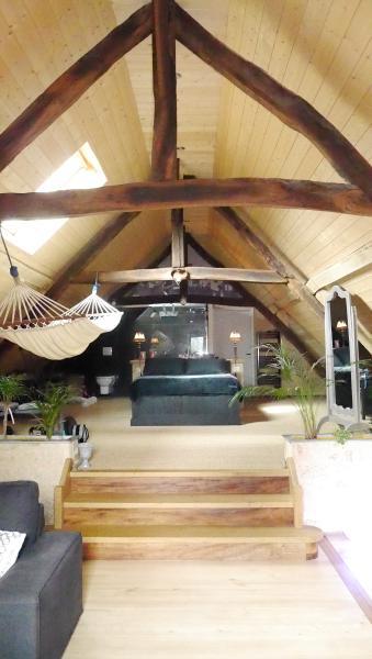 Location Grand Loft de 110 m2 pour 2 personnes, holiday rental in Vezac