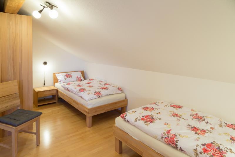 2 Einzelbetten im Schlafzimmer