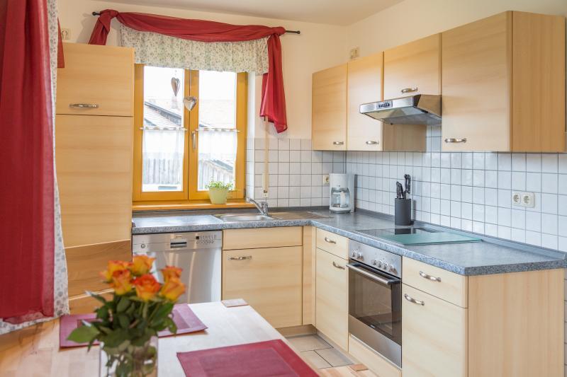 Vollausgestattete Küche mit Kühlschrank und Spülmaschine