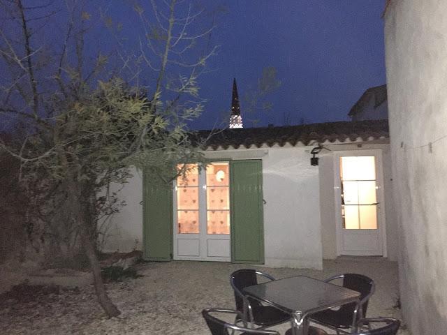 De plain pied dans la cour / jardin avec vue sur le clocher d'Ars